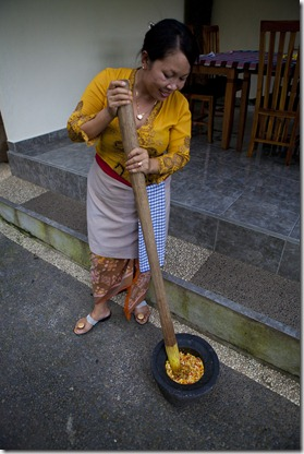 Puspa grinding the yellow sauce_1280_for_Web